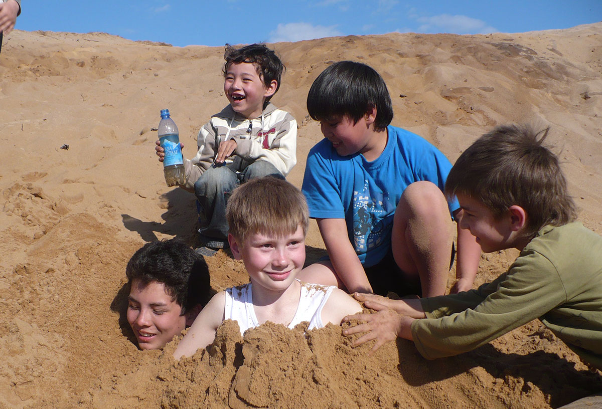 Дети играли на пляже...