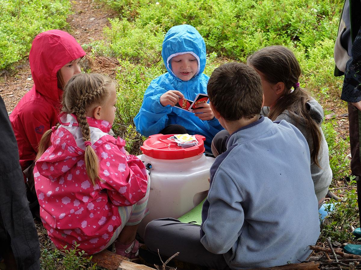 Дети под тентом играли в Уно