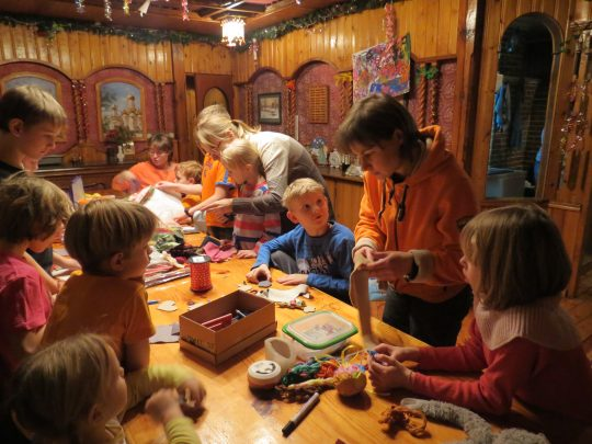 Вы хотите провести со своими детьми каникулы ярко и интересно? Дети разного возраста и интересы у вас всех разные? Тогда вам будет здорово всем вместе в пространстве «семейного лагеря». Хитрость в том, что всё, что мы делаем вместе в пространстве лагеря, интересно и детям и нам...